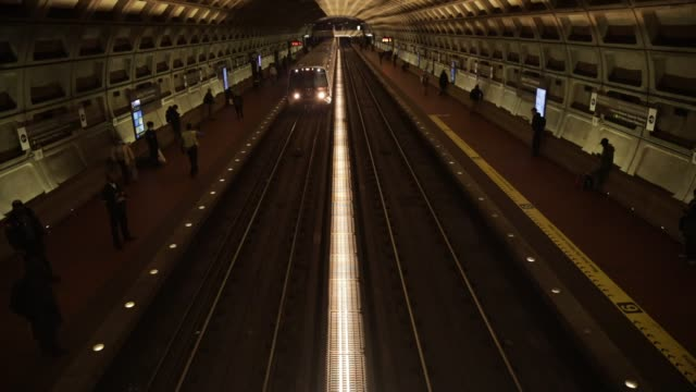 vidéos et rushes de metro train arrives at gallery place – chinatown metro station april 1, 2020 in washington, dc. the district of columbia has joined other states and... - maryland état