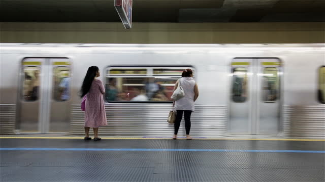 stockvideo's en b-roll-footage met ms a metro train arrives in a sao paulo station / sao paulo, brazil - metro spoorwegvervoer