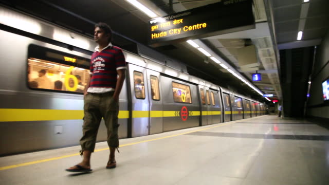 ms metro train arriving at metro station / delhi, delhi, india - 1 minuto e più video stock e b–roll