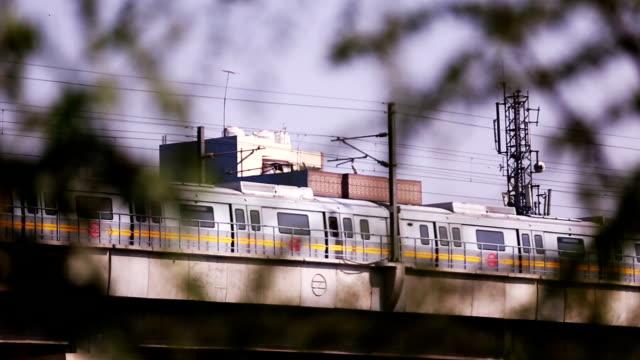 vídeos y material grabado en eventos de stock de tren del metro de delhi, india - tren de cercanías