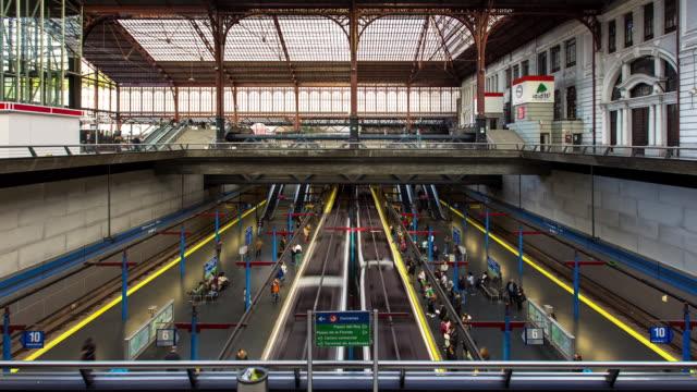 vidéos et rushes de t/l - metro trains at principe pio station, madrid - quai de gare
