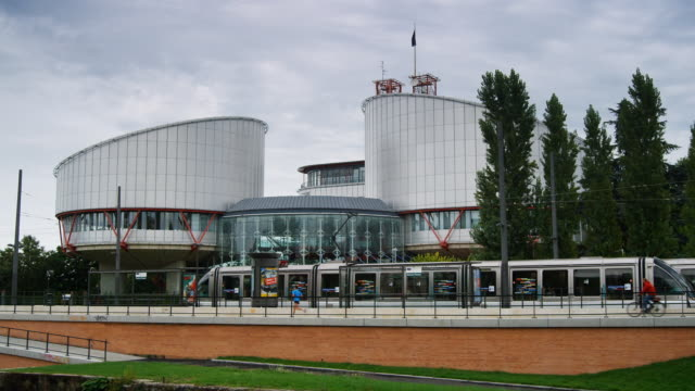 vidéos et rushes de metro trains pass in front of the european court of human rights. - strasbourg