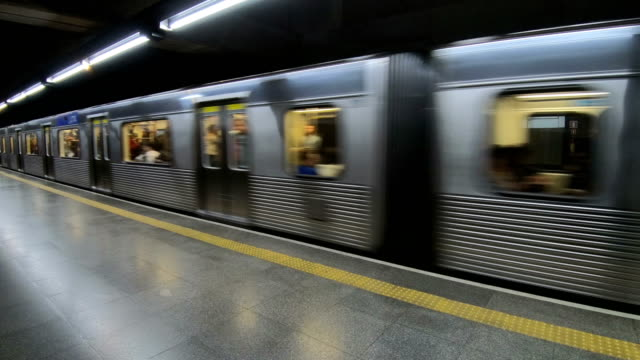 stockvideo's en b-roll-footage met metro - perron