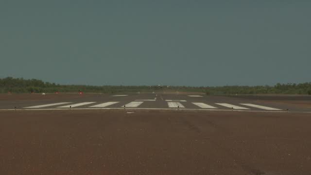 metroliner iii takes off at 'mungalalu - truscott airfield', australia - ティルト点の映像素材/bロール