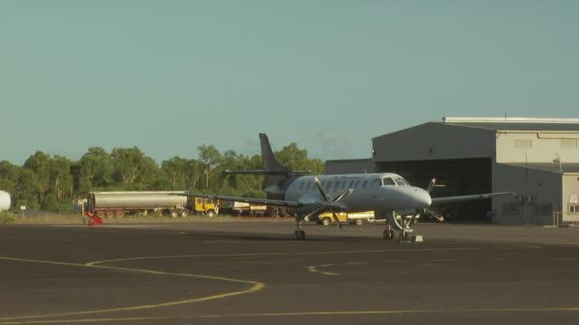 metroliner on apron, mungalalu truscott airbase, wa, australia - hangar stock-videos und b-roll-filmmaterial