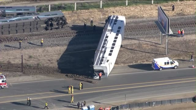 metrolink derailment in oxnard occurred tuesday morning feb 24, 2015 when a five-car train struck a pickup truck, leaving dozens injured, four... - 脱線点の映像素材/bロール