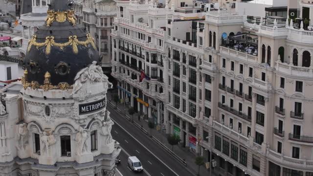 ms ha metropolis building and traffic on gran via / madrid, spain - マドリード グランヴィア通り点の映像素材/bロール