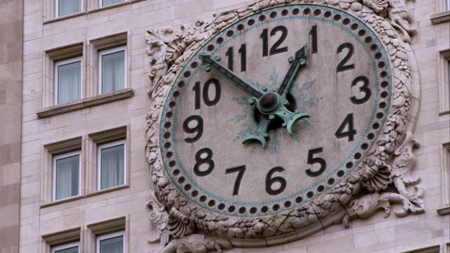 metropolitan life building clock in manhattan - turmuhr stock-videos und b-roll-filmmaterial