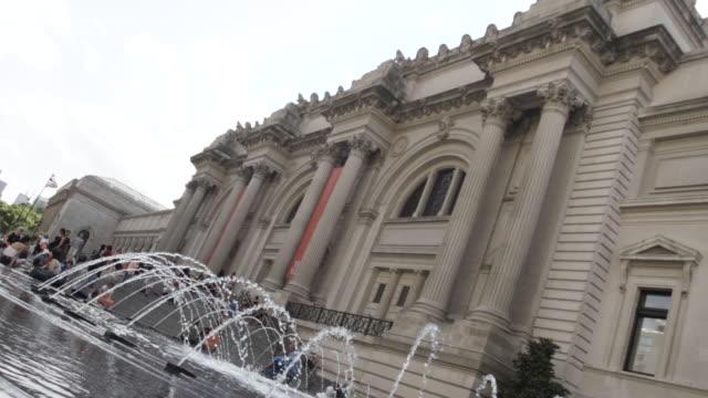 vídeos y material grabado en eventos de stock de metropolitan museum of art establishing shot new york city circa summer 2016 - met