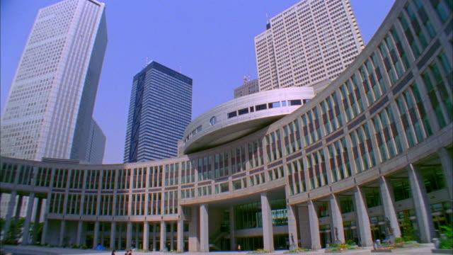 ws tu la metropolitan office building entrance, tokyo, japan - town hall government building stock videos & royalty-free footage