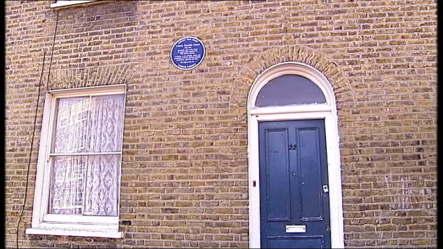 metropolitan police apologise for the shooting of cherry groce; brixton: the home of the groce family where the shooting occured blue plaque attached... - 飾り板点の映像素材/bロール