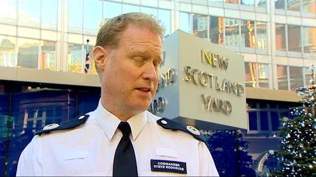 metropolitan police arrest 175 people in series of raids across london new scotland yard commander steve rodhouse sniffer dog sniffing passengers... - 警視庁点の映像素材/bロール