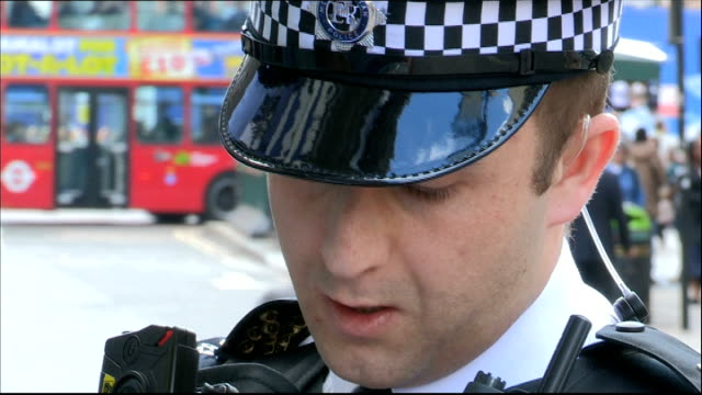 vídeos de stock e filmes b-roll de metropolitan police begin wearing 'body-worn video' cameras; kentish town: sir bernard hogan-howe interview sot gvs police officer talking to man... - kentish town