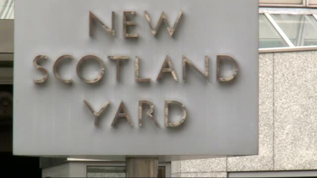metropolitan police budget cuts outlined england london new scotland yard ext exterior of new scotland yard' new scotland yard' rotating sign new... - ニュースコットランドヤード点の映像素材/bロール