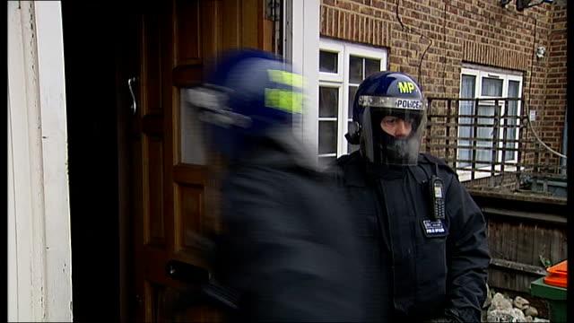 metropolitan police chief targets london gang members england london ext metropolitan police officers forcing their way into house in morning raid... - 警察署長点の映像素材/bロール