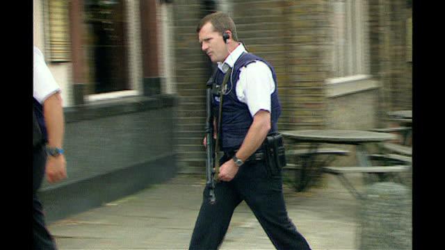 metropolitan police chief targets london gang members london ext police van towards with sirens on sot police officers holding guns along past pub... - 乗り物の明かり点の映像素材/bロール