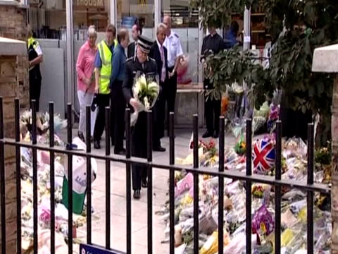 metropolitan police commissioner sir ian blair adds to floral tributes outside kings cross station following london bombings 11th july 2005 - temporäre gedenkstätte stock-videos und b-roll-filmmaterial
