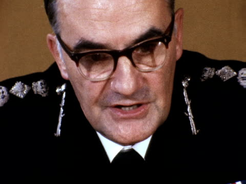 metropolitan police commissioner sir robert mark talks about the police response to the spaghetti house hostage situation 03 october 1975 - spaghetti video stock e b–roll
