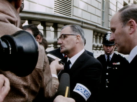 vídeos de stock e filmes b-roll de metropolitan police commissioner sir robert mark talks to journalists about the hostage situation at the knightsbridge spaghetti house restaurant 28... - setembro
