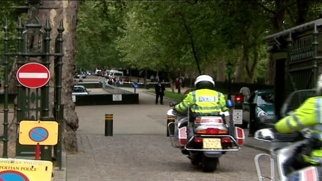 metropolitan police defends decision to excuse muslim police officer from guarding israeli embassy kensington palace green israeli embassy gates of... - イングランド ダラム点の映像素材/bロール
