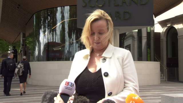metropolitan police detective superintendent fiona mccormack confirming that tests on the grenfell tower insulation and cladding failed safety tests - 警視庁点の映像素材/bロール