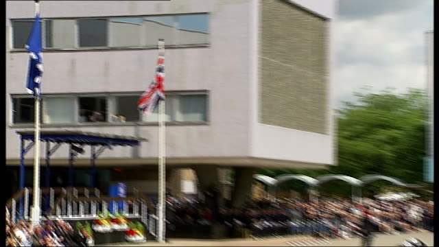 vidéos et rushes de metropolitan police stages largest 'passing out' parade in history metropolitan police flag pan police cadets marching in passing out ceremony as... - élève officier