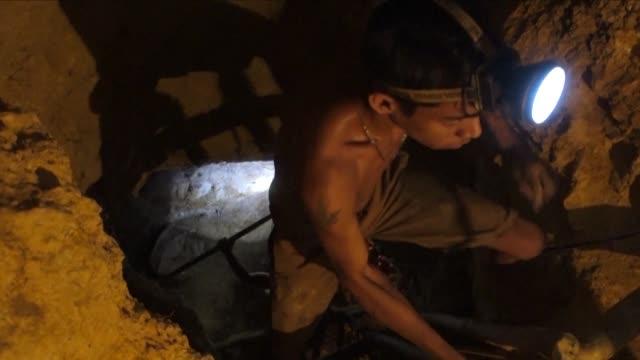 30 metros bajo tierra en las minas de oro al sureste de venezuela los trabajadores enfrentan un submundo de caos violencia y muerte al lidiar con las... - minas stock videos and b-roll footage