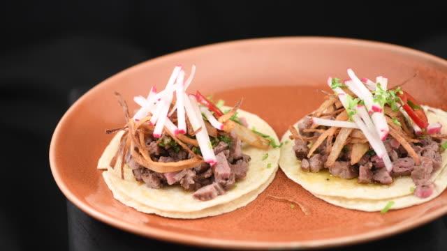 vídeos y material grabado en eventos de stock de tacos asada carne de ternera mexicana - preparación de alimentos