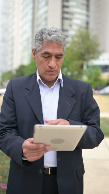 mexikanische geschäftsmann mit digitalen tablet - hoch position stock-videos und b-roll-filmmaterial