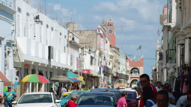 vídeos y material grabado en eventos de stock de mexican busy town street with people and cars. merida, yucatan - mérida méxico
