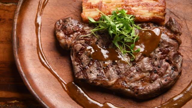 vídeos y material grabado en eventos de stock de carne asada mexicana (bistec de ternera a la parrilla) y yuca frita - preparación de alimentos