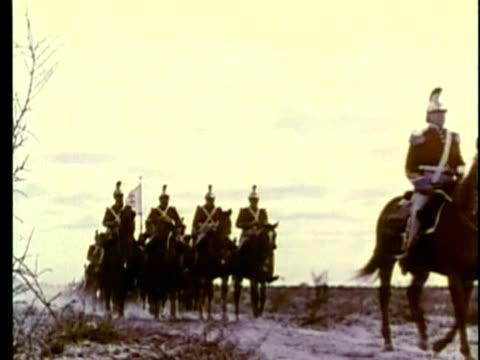 1963 reenactment la ws mexican cavalary arriving to crush the texan rebellion / 1830s texas / audio - espansione verso l'ovest video stock e b–roll