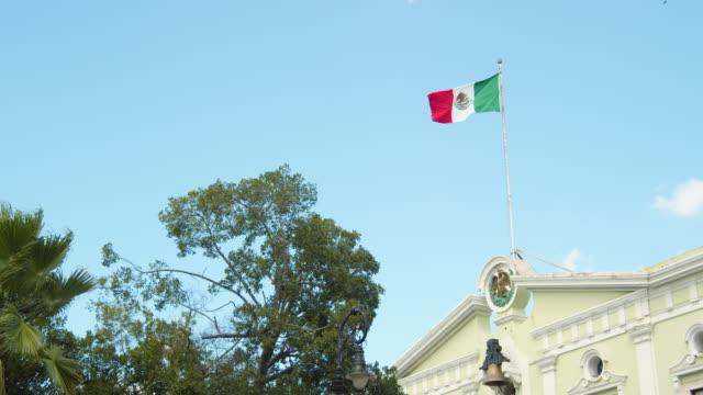 vídeos y material grabado en eventos de stock de mexican flag at public building. merida, yucatan, mexico - mérida méxico