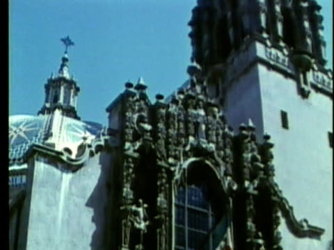 1963 reenactment ms td zi mexican flag hanging outside cathedral / 1830s mexico city / audio - espansione verso l'ovest video stock e b–roll