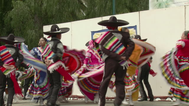 ws zi ms mexican folk dancers from oaxaca / jilotepec, mexico - mexiko stock-videos und b-roll-filmmaterial