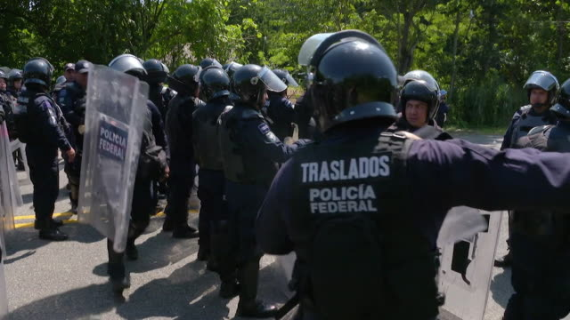mexican police attempting to prevent migrants from honduras passing through on their way to the usa before backing down - 中央アメリカ点の映像素材/bロール