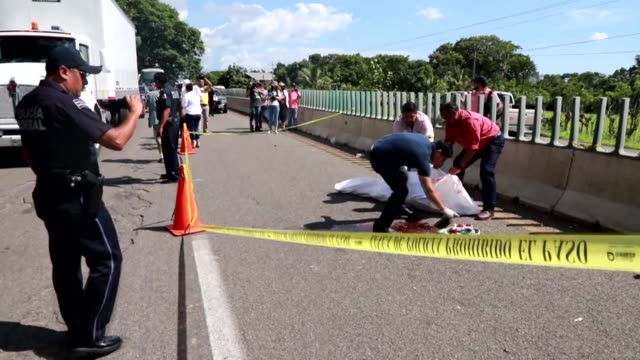 mexican police remove the body of a honduran migrant who died whilst trying to reach the united states as part of a thousand strong caravan that us... - convoglio video stock e b–roll