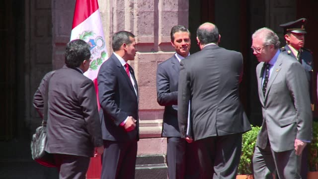 vídeos de stock, filmes e b-roll de mexican president enrique pena nieto welcomed his peruvian counterpart ollanta humala at the national palace - méxico central
