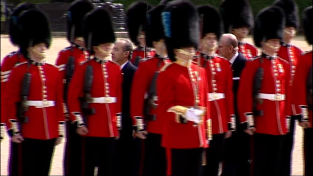 mexican president visit to britain / ceremony at horseguards parade calderon and prince philip inspecting troops then return to podium side shot of... - フットマン点の映像素材/bロール