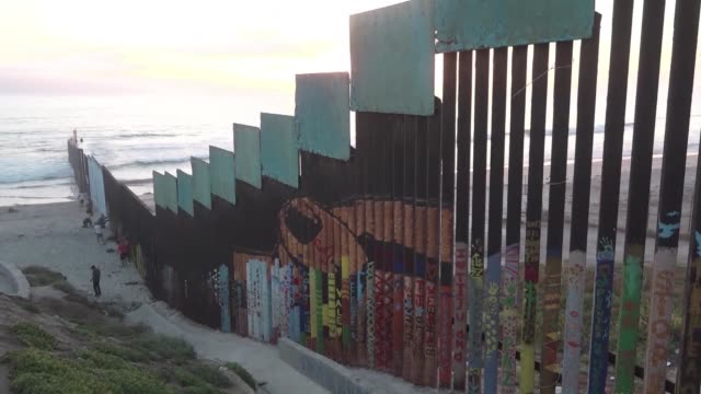 vídeos de stock e filmes b-roll de mexican project fraternity wall wants to break guinness world record by painting 2 kilometres of the us border fence where donald trump plans to... - península de baixa califórnia