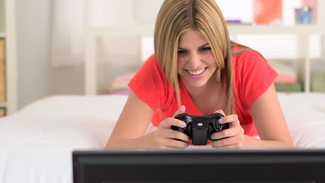 vídeos y material grabado en eventos de stock de mexican teenager playing videogames - sólo mujeres jóvenes