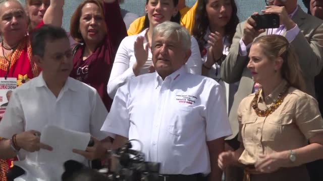 mexican veteran leftist candidate andres manuel lopez obrador hits back at tweets from us president donald trump vowing that if he wins mexico will... - papier 個影片檔及 b 捲影像