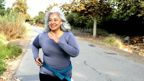 vídeos y material grabado en eventos de stock de mujer mexicana jogging - mature women