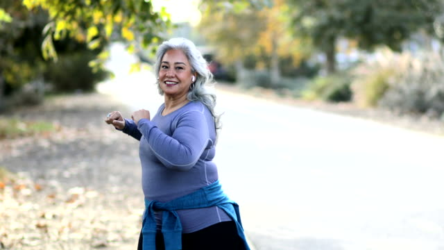 vídeos de stock e filmes b-roll de mexican woman stretching back - overweight