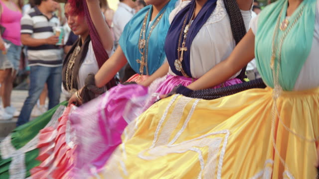vídeos y material grabado en eventos de stock de mexican women dancing calendas, oaxaca tradition. colorful skirts close-up - falda