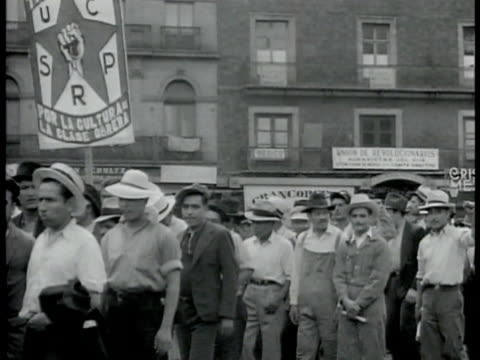 mexican workers walking w/ banner of fist in star. mexican police men shoulder to shoulder w/ bayonets. 'long live the revolution! up cardenas!'... - mexikanischer abstammung stock-videos und b-roll-filmmaterial