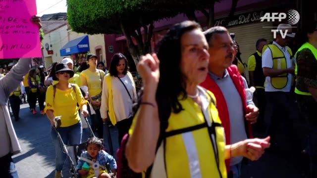 mexicanos luciendo chalecos amarillos como el movimiento frances del mismo nombre salieron el domingo a las calles en la ciudad de leon protestando... - gasolina stock videos & royalty-free footage