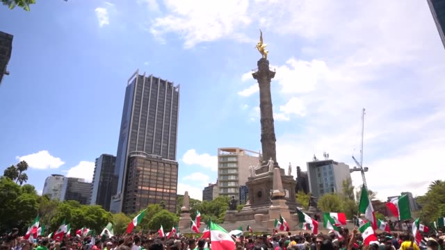 vídeos de stock, filmes e b-roll de mexicans celebrate at the angel of independence after the mexico national team victory over germany in the 2018 fifa world cup russia on june 17 2018... - monumento da independência paseo de la reforma