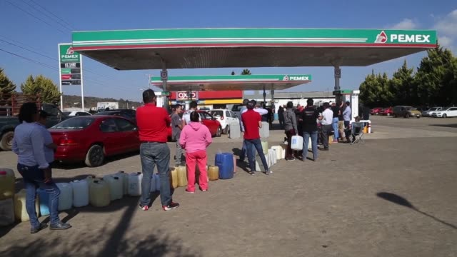 mexicans from morelia stand in line for hours to get fuel as gasoline shortages spread across the country due to mexican president andres manuel... - morelia video stock e b–roll