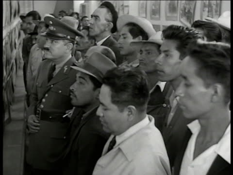 mexicans, large book display 'revolucion mexico.' vs mexicans lined up to look at pictures on wall, guard. photo of president porfirio diaz.... - mexikanischer abstammung stock-videos und b-roll-filmmaterial